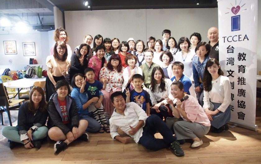 周老師為「台灣文創牌卡教育推廣協會」理事長,專職帶領團隊工作坊