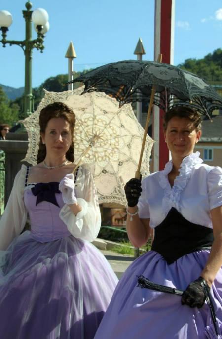 奧地利當地女性身穿美麗的禮服手拿陽傘,宛如電影中的畫面(照片來源:楊佳恬臉書)