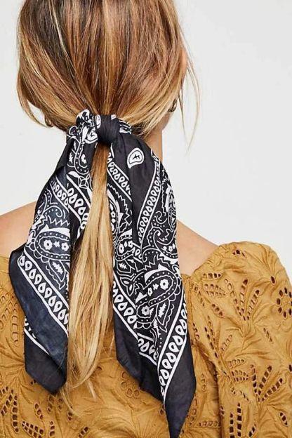 隨意地在髮梢纏上一條絲巾,能讓妳顯得更有精神。