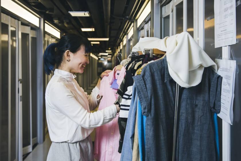 環保時裝概念店Pause & Ponder店主Alice,把舊衣進行小改動,讓客人對它們重拾喜愛。