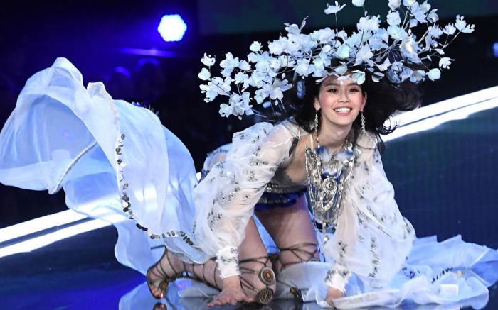 ming-xi-falling-victorias-secret-fashion-show-2017-2(1).jpg