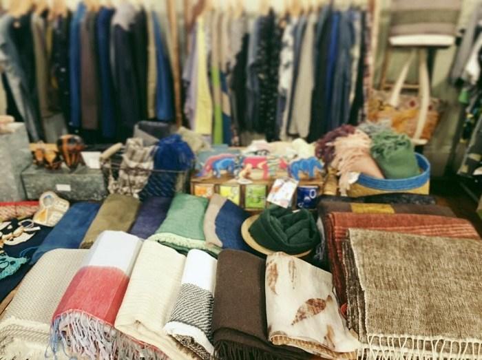 繭裹子是一間與公平貿易合作的服飾與生活雜貨店,堅持手工製作,透過現代元素與簡約設計,將失傳的手工藝繼續傳承。