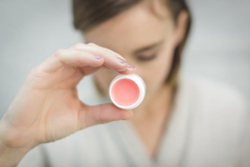 最理想的狀態是1到2個星期去角質一次,讓唇上的老廢角質可以去除掉。