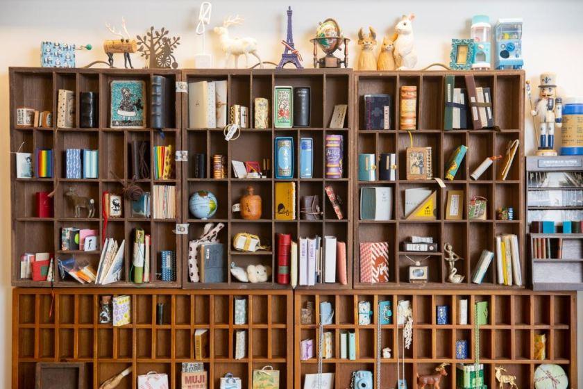 除了自家製作的迷你書,Tiana的工作室亦有不少收藏。