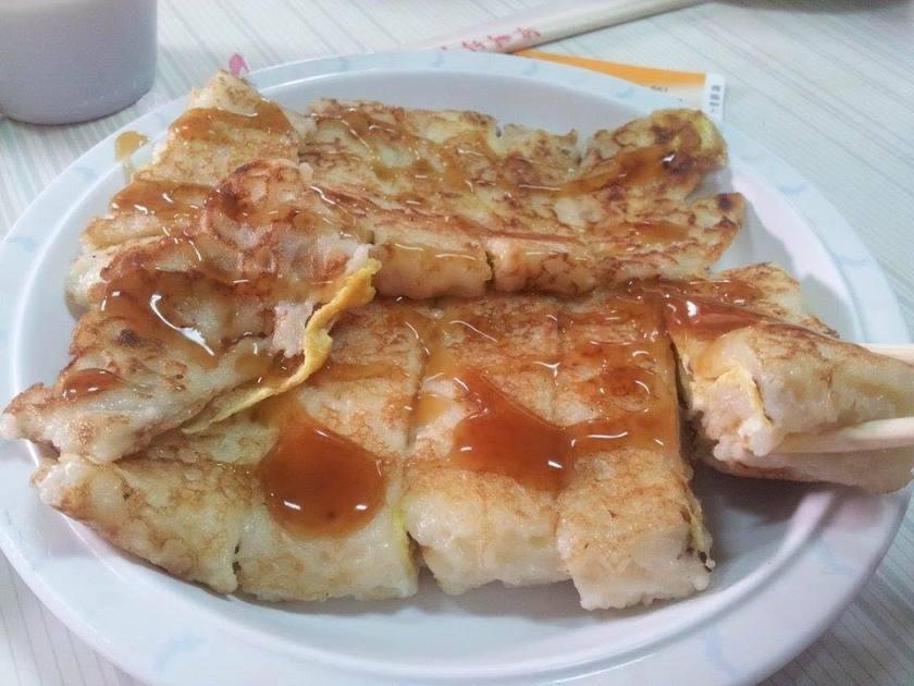 阿公阿婆蛋餅可是被網友推爆的台南傳統早餐店呢。銅板佛心價卻有厚實大份量,古早味的粉漿蛋餅軟Q帶蔥香,淋上醬油膏或甜辣醬都很適合呢!