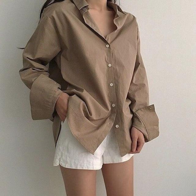 襯衫的穿搭,也如前面所說,多了一點中性的氣質,也可以在別人的印象中多增添了一些幹練的印象。比起純色的襯衫太像 OL ,奶茶色的襯衫更多了一些高級感。