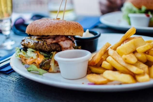 burger-chips-dinner-70497