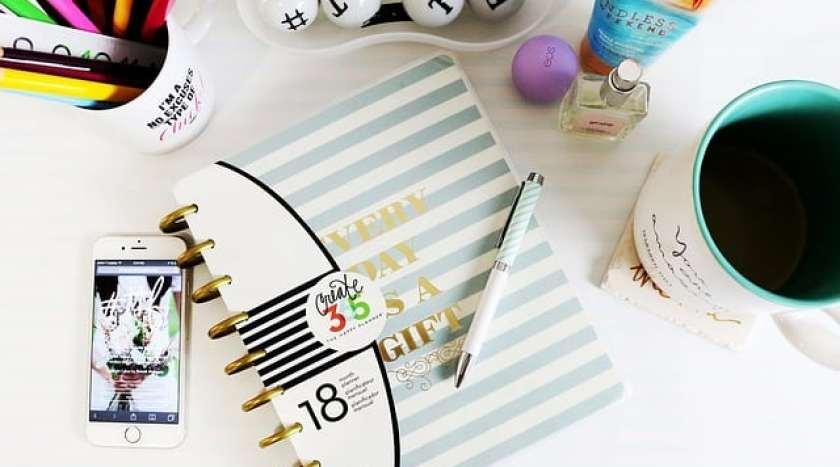 desk-1082044_640.jpg