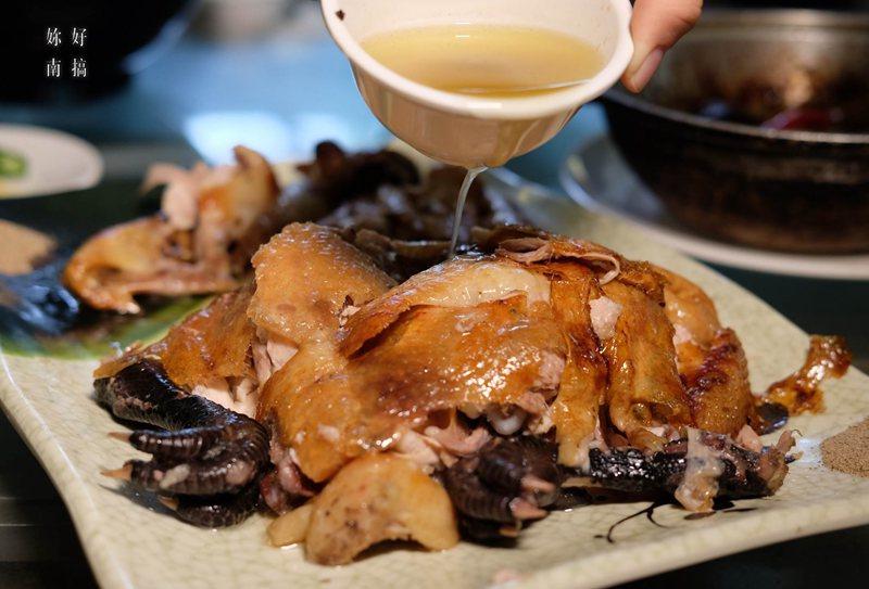 雞油淋上酥脆外皮上 , 油滋滋的樣子 ,  真叫人口水直直流。