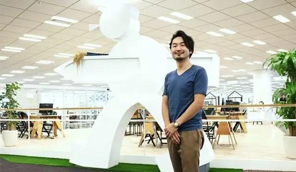 インタビューを受ける佐藤氏の写真
