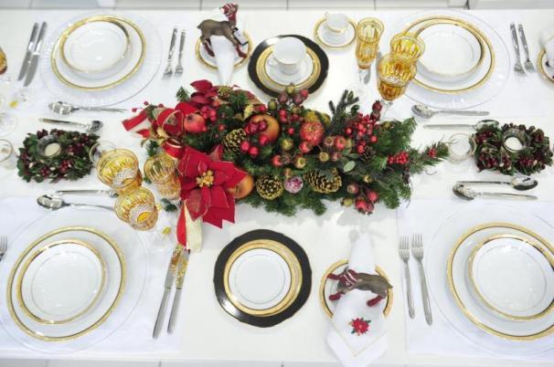 No centro da mesa, um lindo arranjo ganha destaque. Quem não tem um pode usar uma folhagem natural. Cuidado para não tampar a visão dos convidados.
