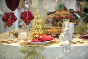 As velas não podem ficar de fora. Castiçais vermelhos ganharam a companhia de um anjo e de uma árvore dourada.
