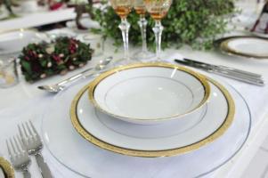 Louças com filetes banhados a ouro garantem requinte à mesa.