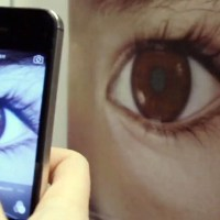 ONG ensina como identificar câncer ocular em crianças com uma foto feita pelo smartphone