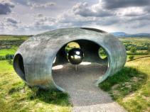 Atom: a bola de aço reflete toda a paisagem ao redor. (Peter Meacock, em parceria com Katarina Novomestska e Architecture Central Workshop).