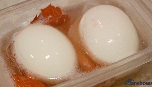 삶은 달걀 껍질 벗기는 방법