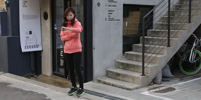 친구 기다리며 계단에서 운동하기