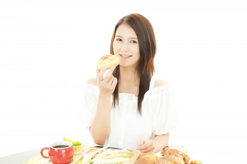 朝食を楽しむ女性