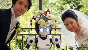 Japanese couple married by a robot.