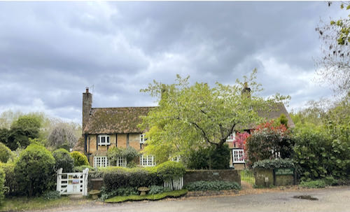 There are pretty cottages on the Rickmansworth to Whippendell loop walk