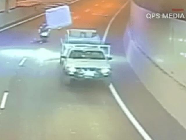 Video Mattress Flies Off Vehicle On Highway Hits Biker Turnto23 Bakersfield Ca