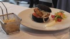 joa, burger saumon croustillant, wasabi, pain à l'encre de sèche, institut paul bocuse
