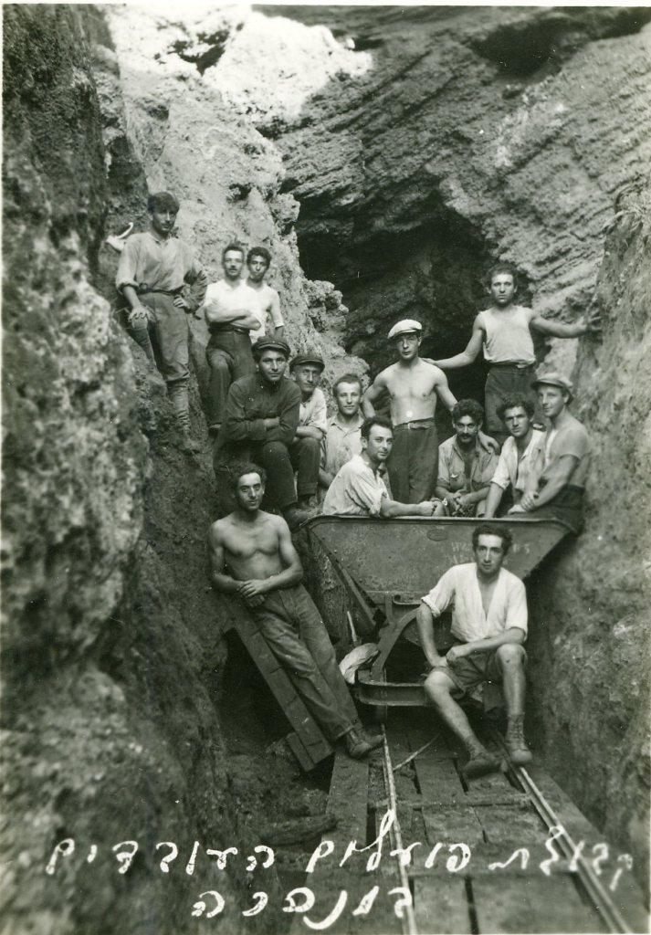 קבוצת פועלים העובדים במנהרה בהרצליה