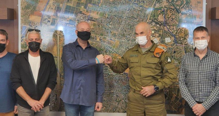 אורי גודרין מפקד פיקוד העורף ואבי גרובר ראש העיר רמת השרון