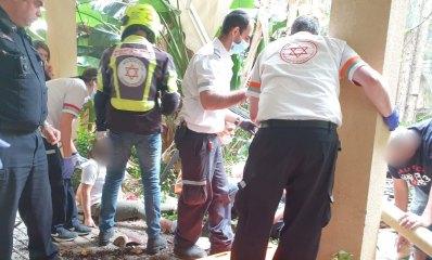 """צוות מד""""א מטפל בנפגעי מרפסת קרסה בשרה מלכין הרצליה"""