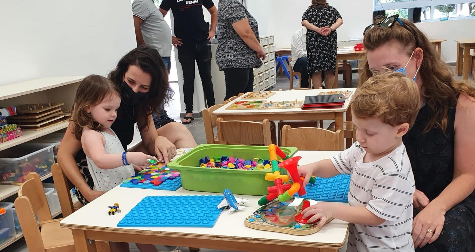 ילדים משחקים לצד הורים