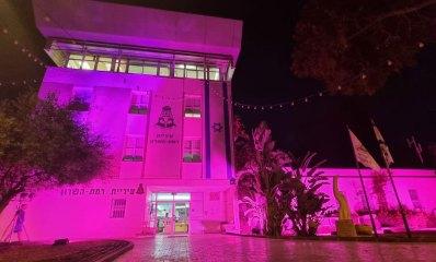 בנין עיריית רמת השרון מואר בורוד - מודעות לסרטן השד