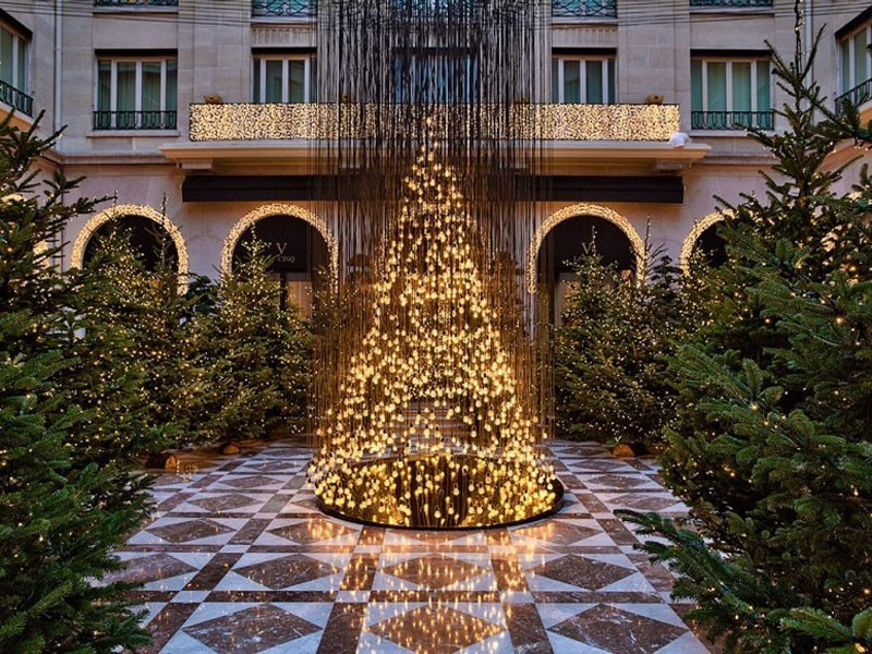 Electric-Light-Bulb-Christmas-Tree-and-Golden-Reindeer-at-Four-Seasons-Hotel-George-V-Paris