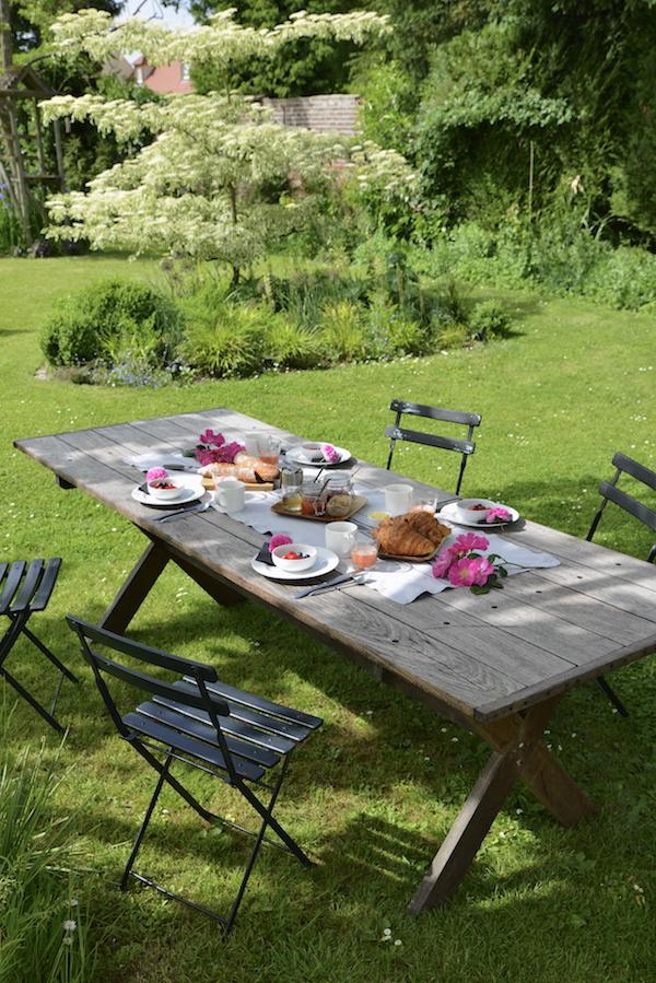 guest and house La maison et l'atelier breakfast in the garden