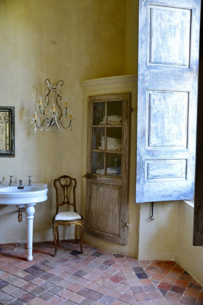 bathroom chateau de moissac, south of france
