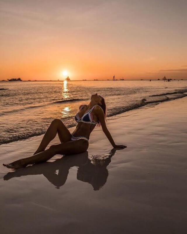 ¿Necesitas ideas frescas sobre cómo clavar esas poses perfectas en bikini en la playa?