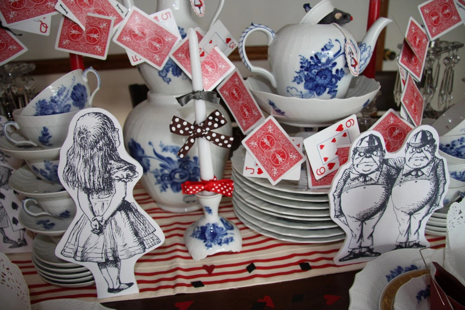 Best Alice And Wonderland Prop Characters And Card Garland Party This Month