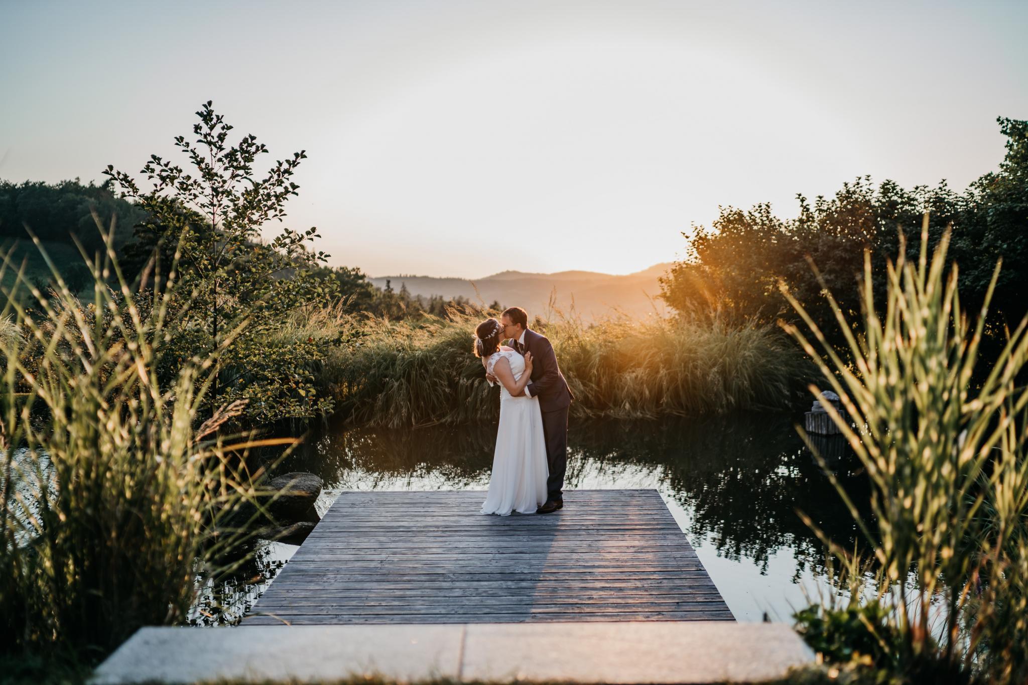Sommerhochzeit auf Hofgut Hohenstein Brautpaarshooting Sunset