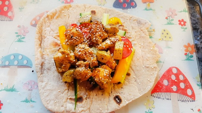 A flatbread full of chicken and vegetables / Easy chicken kebabs / She-Eats