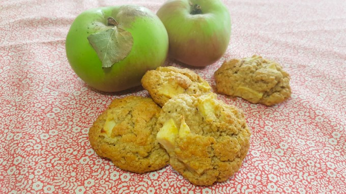Cookies and apples on a table / Apple oat cookie / SHE-EATS