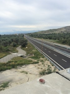 Calabrien im Oktober - zumindest die Autobahn schaut mal sehr leer aus, weit und breit kein Auto in Sicht