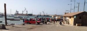 an der kleinen Hafenmole kommen täglich die Fischer mit ihren Booten zurück vom Fischfang..