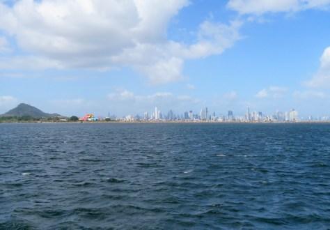 Panama City - Blick auf den Cerro de Ancon, das Bio Museum und die Skyline der Stadt