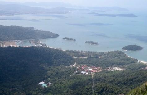 Blick auf die Talstation der Skycab und die Yachten in Telaga Marina und Hafen