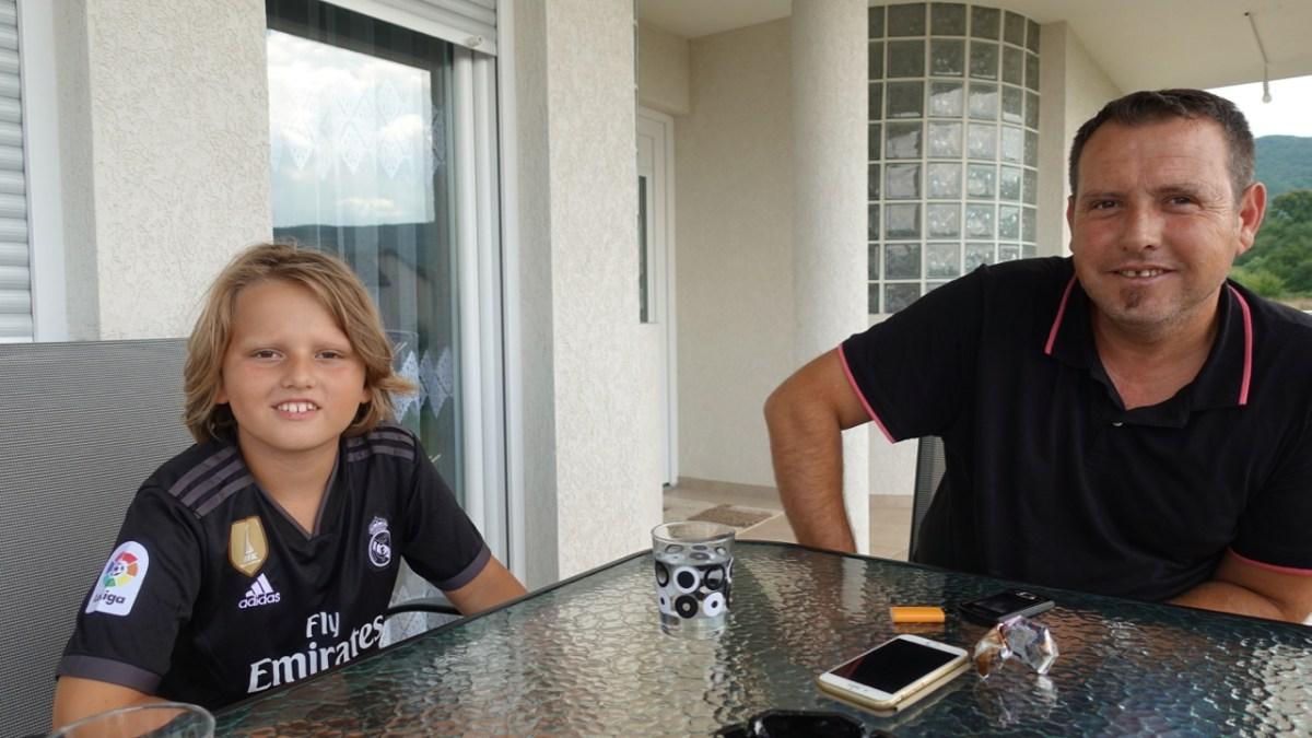 Einer der vielen Kosovaren, die uns spontan zum Kaffee eingeladen haben: Sadat Hoti aus Hodonovci und Dietikon ZH mit seinem Sohn Yll.