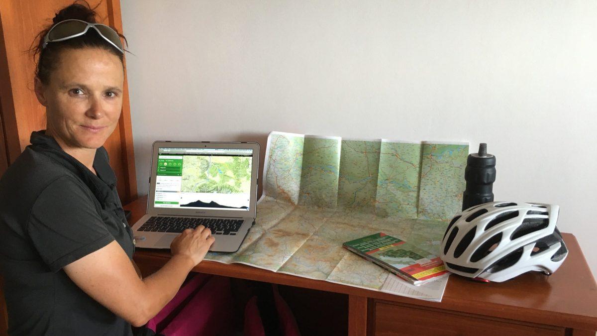 Andrea Freiermuth plant die Etappen mit Computer und Karte.