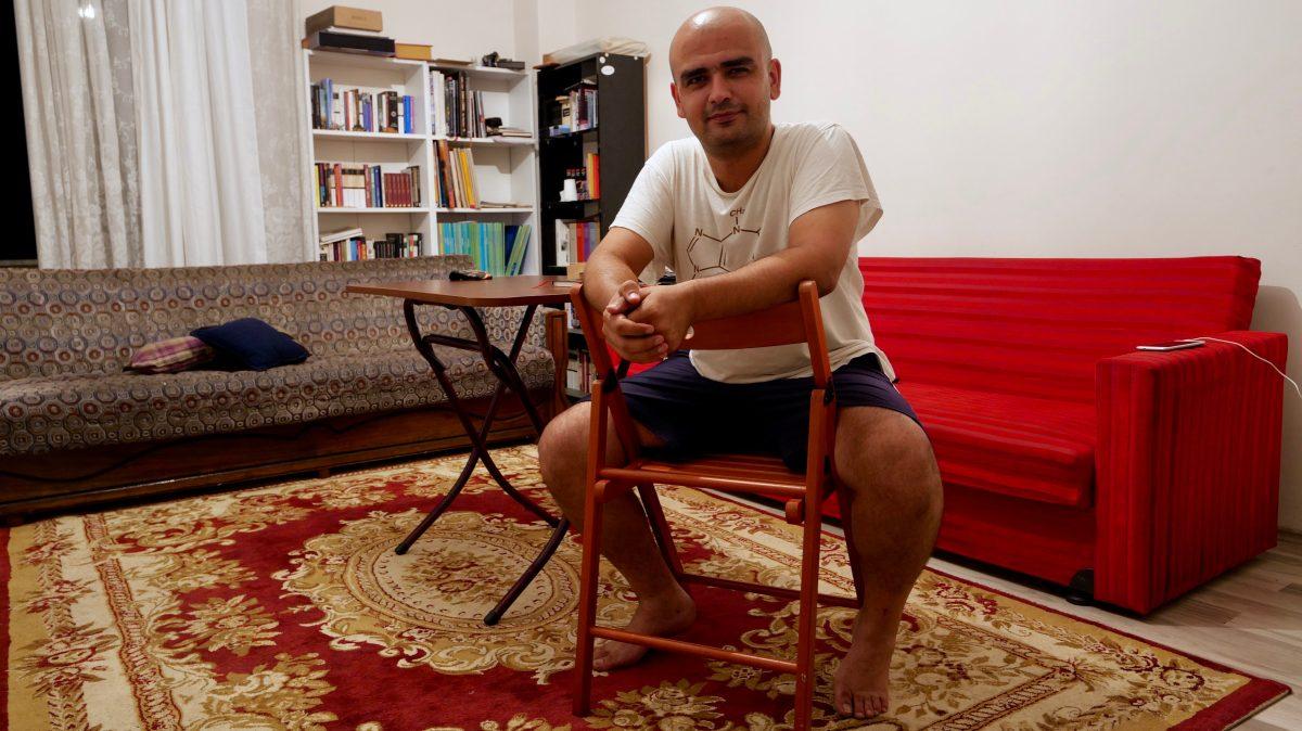 Ramazan Kılınç hat in seiner Wohnung schon fünf Radfahrer aufs Mal aufgenommen. (Bild: Martin Bichsel)
