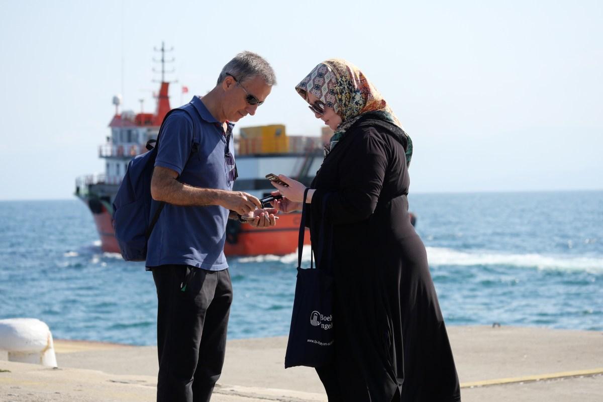 Selbst vollverschleierte Türkinnen sind auf Instagram: Ob diese Frau auch gerade ein Herzchen verteilt, wissen wir aber nicht. (Bild: Martin Bichsel)