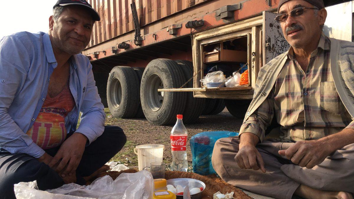 Die beiden iranischen LKW-Fahrer, die uns auf ihren Teppich zum Lunch eingeladen haben. (Bild: Andrea Freiermuth)