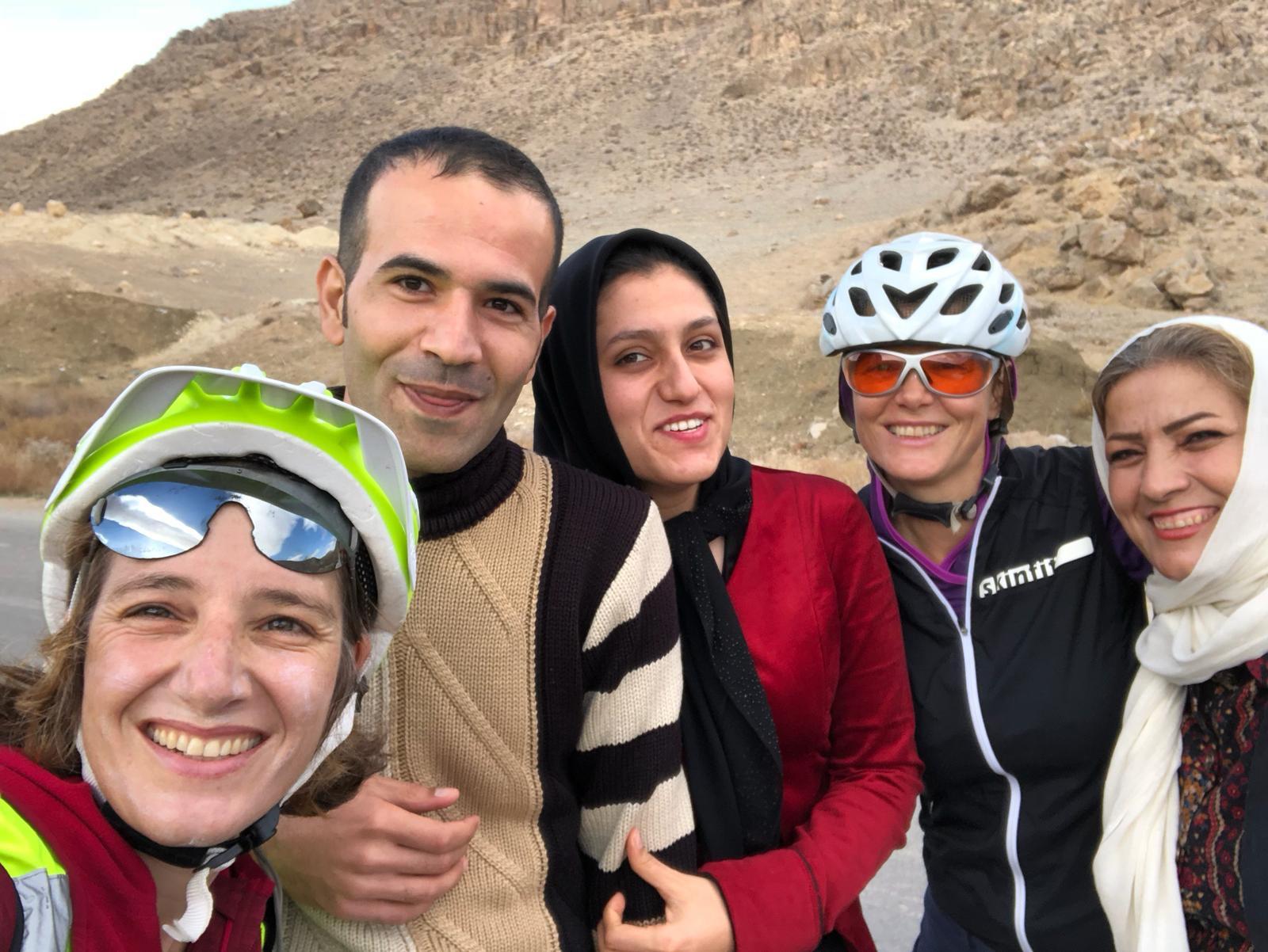 Zwei Radfahrerinnen im Iran