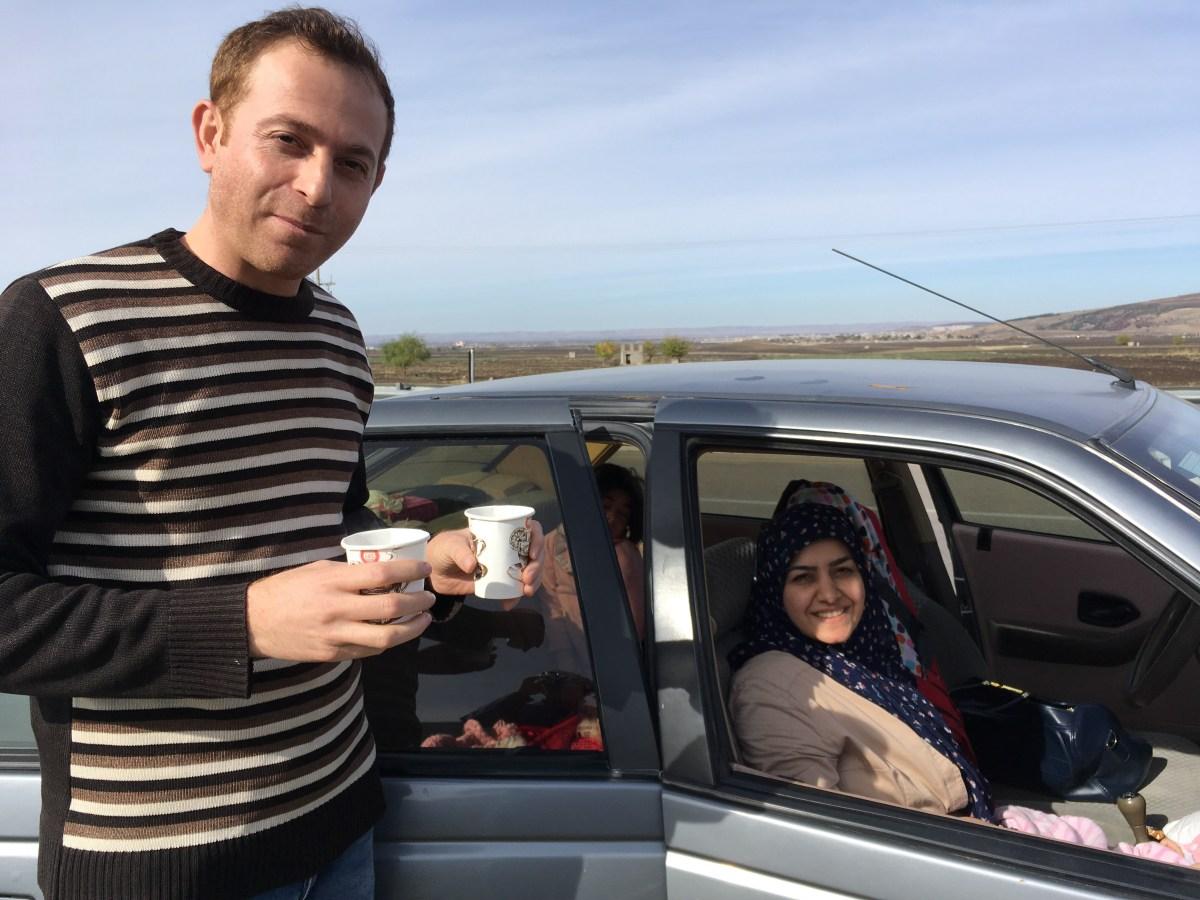 Hasan und seine Frau Machdie halten auf dem Pannenstreifen und bieten uns Tee an. Zudem verbringe ich gerade meine letzten Tage im Iran im ihren Haus in Mashad. (Bild: Andrea Freiermuth)